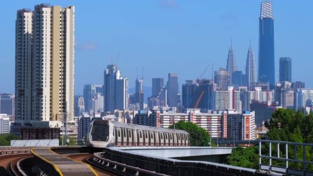 クアラルンプール市を背景にしたマレーシアmrt列車 - マレーシア点の映像素材/bロール