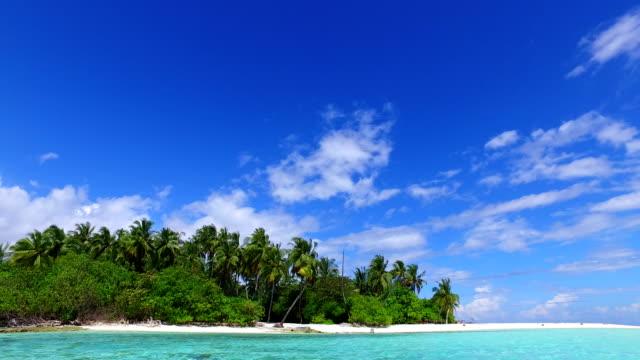 青空の海の水の海 4 k とモルディブ美しいビーチ背景白い砂浜の熱帯の楽園島 - リゾート点の映像素材/bロール