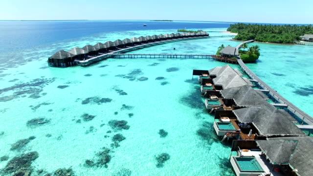 vídeos de stock e filmes b-roll de maldives, tropical paradise - ayada island - azul turquesa