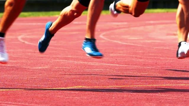 Velocistas de 400 m masculino correr la curva - vídeo