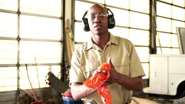 男性のアフリカ系アメリカ人労働者縫いぐるみに手を洗浄 - 機械工点の映像素材/bロール