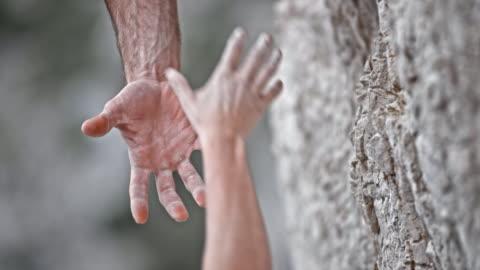 vídeos de stock e filmes b-roll de slo mo ld male and female climber's hand holding each other - cuidado