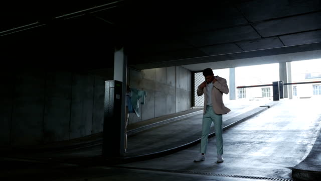 stockvideo's en b-roll-footage met mannelijke en vrouwelijke dansers swap smoking - men blazer