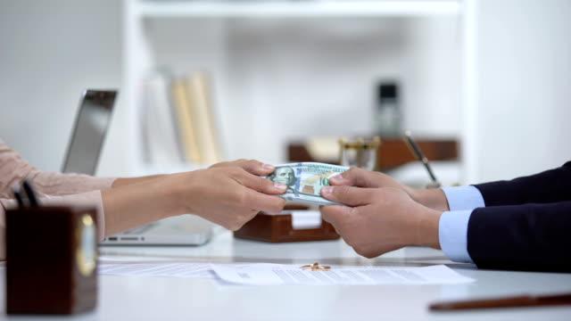 erkek ve kadın elleri para çekerek, boşanma sırasında evlilik mülkiyet bölen - bölmek stok videoları ve detay görüntü çekimi