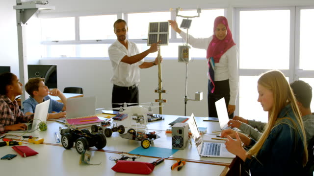 manliga och kvinnliga pilotutbildning om solpanel till kids 4k - förnybar energi bildbanksvideor och videomaterial från bakom kulisserna