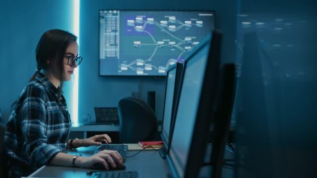男性と女性のプログラマは、コンピュータを使用して、一緒に問題を解決し、仕事について話しています。ソフトウェア開発/コーディング/web デザイン/データベースアーキテクチャサーバー - クラウドコンピューティング点の映像素材/bロール
