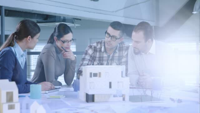 Male architecte révélant de nouvelles idées à la table de réunion - Vidéo