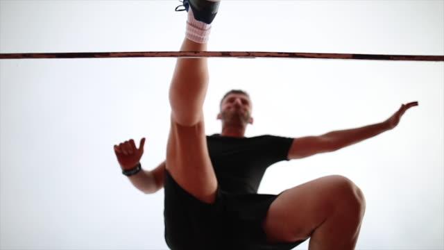vídeos y material grabado en eventos de stock de atleta masculino de salto sobre el obstáculo - valla artículos deportivos