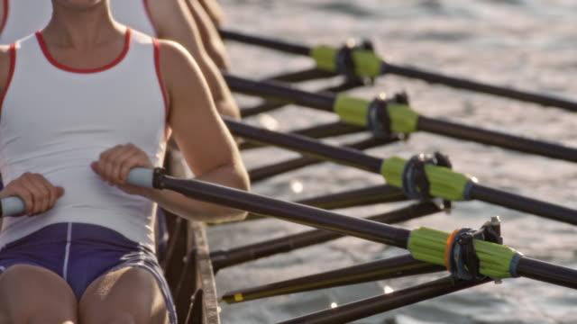 vídeos y material grabado en eventos de stock de slo mo varón atleta remar en una cuádruple scull con su equipo - deportes de remo