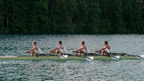 vidéos et rushes de athlètes masculins de slo mo godille sur un lac dans un crâne de quad - ralenti technique photographique