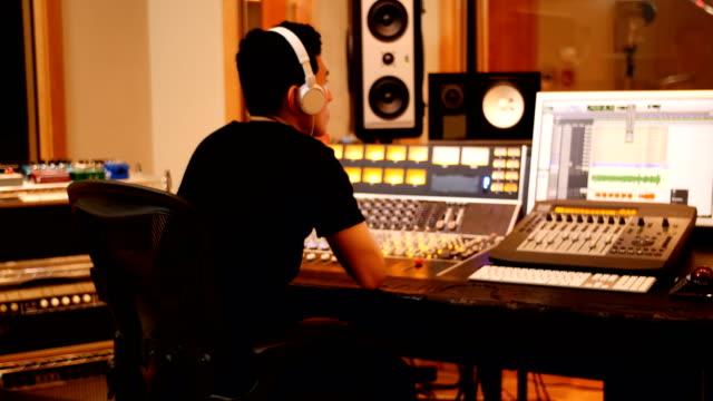 männliche toningenieure mit sound-mixer - aufnahmestudio stock-videos und b-roll-filmmaterial