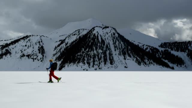 manliga backcountry turåkning - vintersport bildbanksvideor och videomaterial från bakom kulisserna