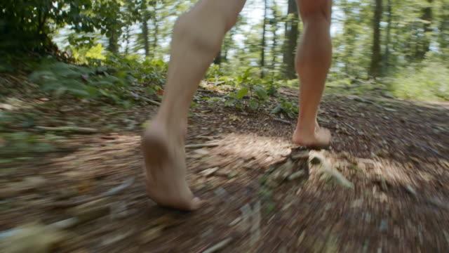 ts uomo a piedi nudi corridore corre nella foresta - scalzo video stock e b–roll