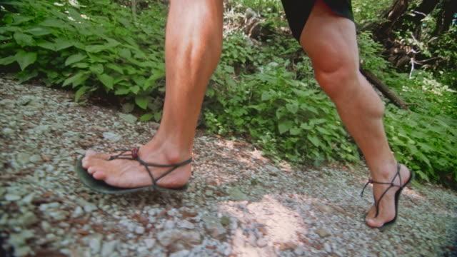 slo mo ts man barefooter springa upp skogs stigen - endast en medelålders man bildbanksvideor och videomaterial från bakom kulisserna