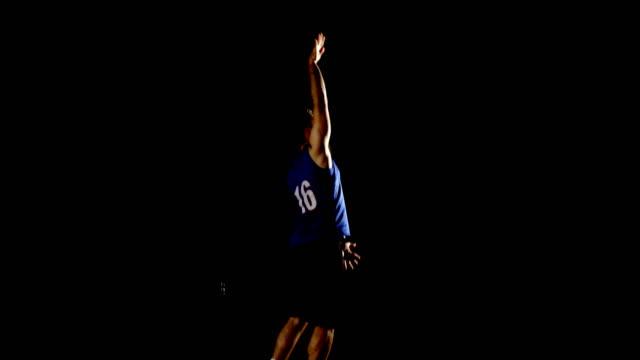 Jugador de baloncesto masculino en el Tribunal 4k - vídeo