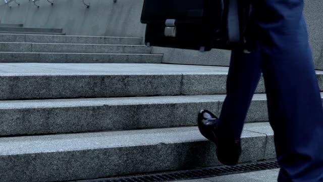 stockvideo's en b-roll-footage met mannelijke baas gaat werken, wandelen naar boven slow-mo, loopbaanontwikkeling, promotie - ladder