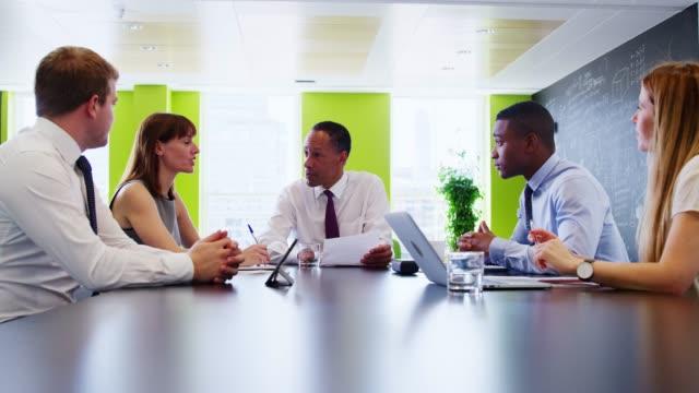 男性の上司は非公式会議でビジネス部門の同僚に話す - 対面点の映像素材/bロール