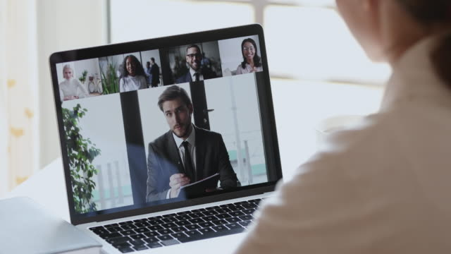 stockvideo's en b-roll-footage met mannelijke werkgever videoconferentie die bedrijfsteam op laptopscherm roept - corona scherm