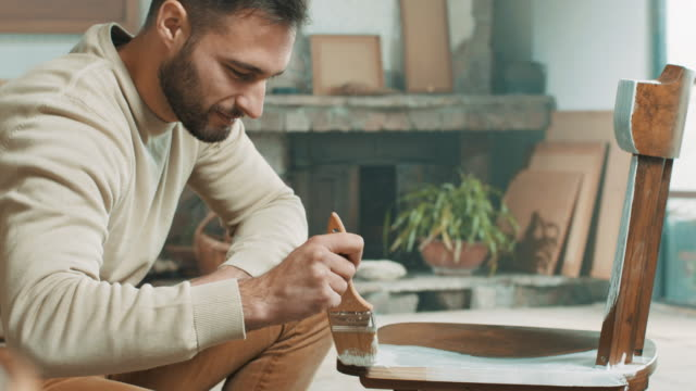 vídeos de stock, filmes e b-roll de cadeira de pintura de carpinteiro masculino - mobília
