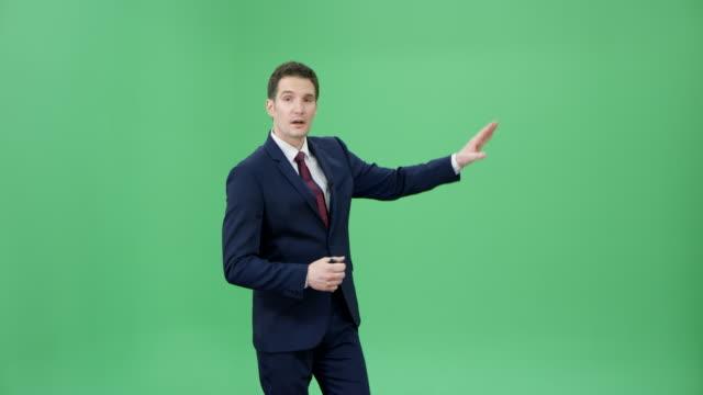 天気予報を発表男性白人天気司会者 ビデオ