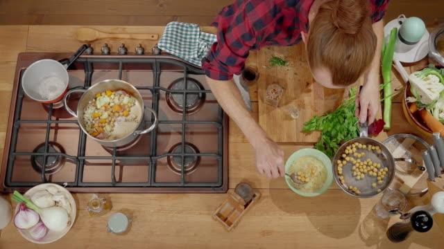 그릇에 ld 남자 요리사 곡물과 신선한 다진된 허브 크림 수프에 추가 제공 - 10초 이상 스톡 비디오 및 b-롤 화면