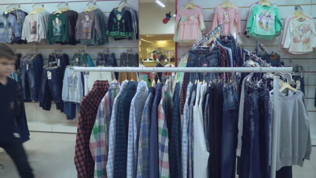 在服裝店的男客戶 - 部分 個影片檔及 b 捲影像