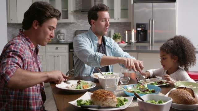 vídeos de stock, filmes e b-roll de casal masculino e sua filha preta de refeições na cozinha, filmado em r3d - homossexualidade