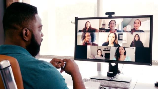 stockvideo's en b-roll-footage met mannelijke creatieve beroeps brainstormt ideeën met collega's tijdens virtuele vergadering - corona scherm