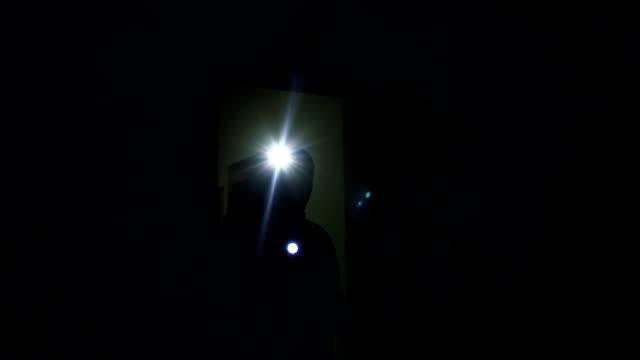 männlichen verbrecher kommen dunkle wohnung mit taschenlampe, privates eigentum sicherheit - mann tür heimlich stock-videos und b-roll-filmmaterial