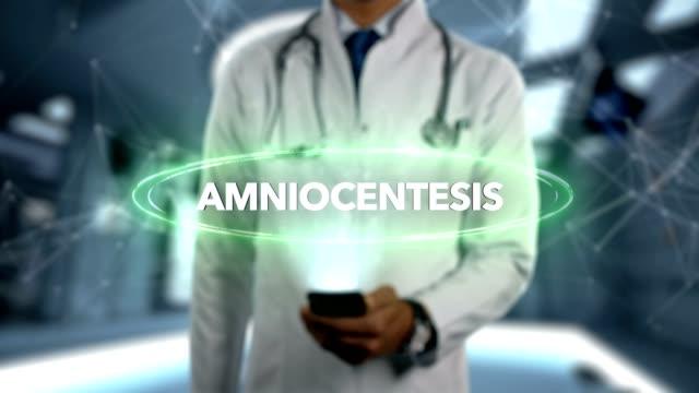 amniyosentez - erkek doktor ile cep telefonu açar ve hologram tedavi word dokunur - rahim boynu stok videoları ve detay görüntü çekimi