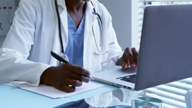 männlicher Arzt arbeitet am Schreibtisch im Krankenhaus – Video