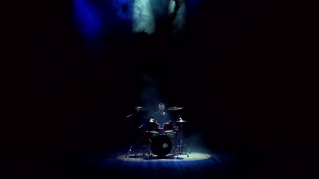 manliga trummis spelar trummor på en svart bakgrund. - trumset bildbanksvideor och videomaterial från bakom kulisserna