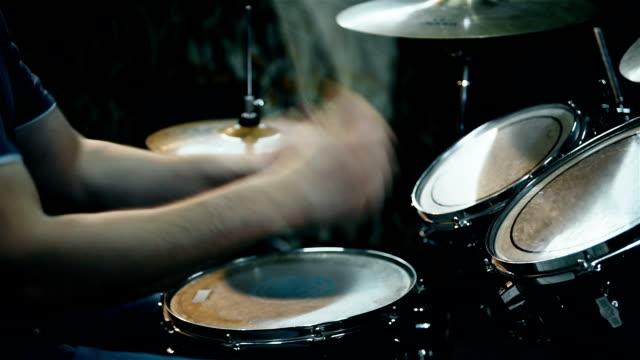 vídeos de stock, filmes e b-roll de baterista masculino que joga tambores - músico pop
