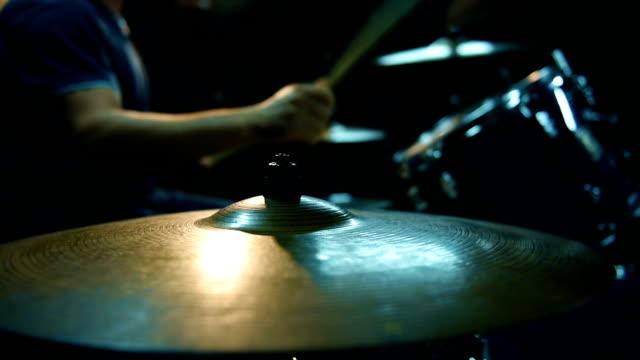 vídeos de stock e filmes b-roll de male drummer playing drums - bateria instrumento de percussão