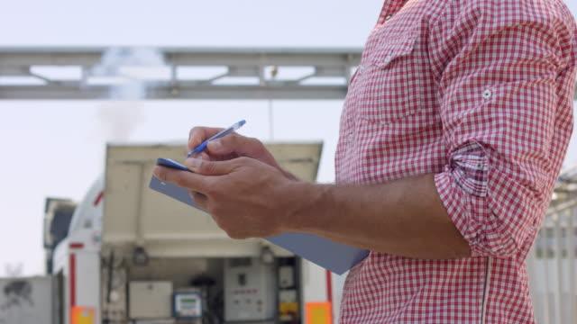 Ingénieur mâle avec le presse-papier faire des marques sur une expérience industrielle - Vidéo