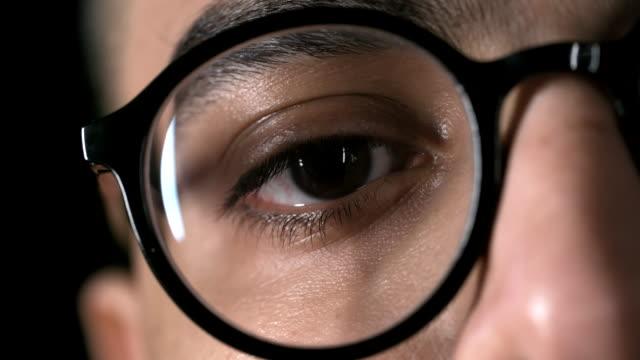 stockvideo's en b-roll-footage met mannelijk oog - bril brillen en lenzen