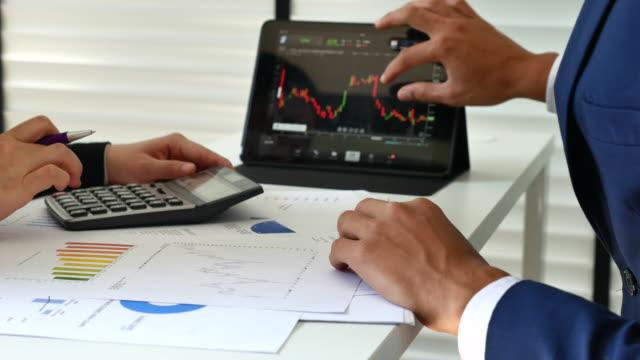 男性理財顧問在辦公室解釋投資圖表 - 負面情緒 個影片檔及 b 捲影像