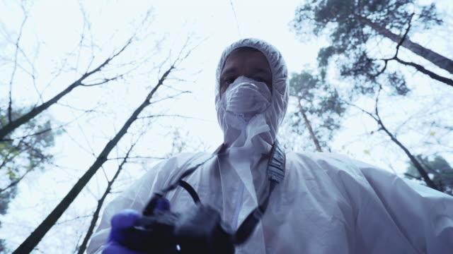 male forensic scientist photographing murder victim under body bag, crime scene - фототемы стоковые видео и кадры b-roll