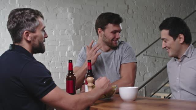 Amigos chateando en la despedida de soltero - vídeo