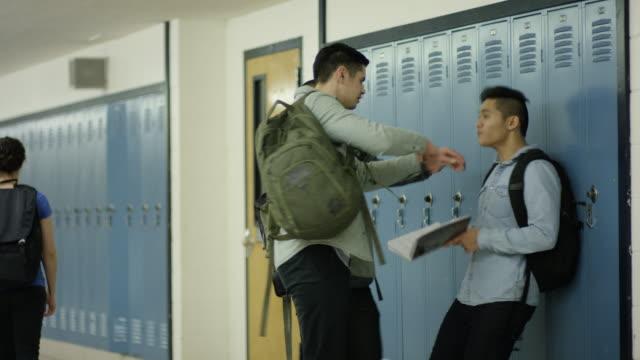 vídeos y material grabado en eventos de stock de macho primeros intimidadas en la escuela - lucha