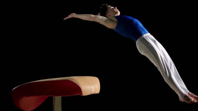 De San Luis Obispo Missouri DS macho gimnasta hacer frente en bóveda voltereta con pino - vídeo
