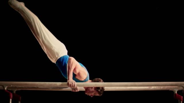 vídeos de stock, filmes e b-roll de slo mo ginasta faz uma rotina de barras paralelas - ginástica
