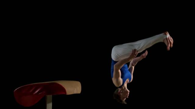 vidéos et rushes de slo missouri ds homme gymnaste spectacle sur le voûte - gymnastique sportive