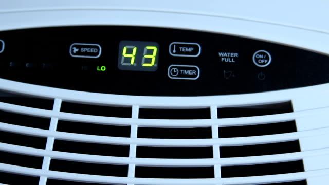 男性の手が蒸発加湿器、気候制御の設定の調整 - 加湿器点の映像素材/bロール