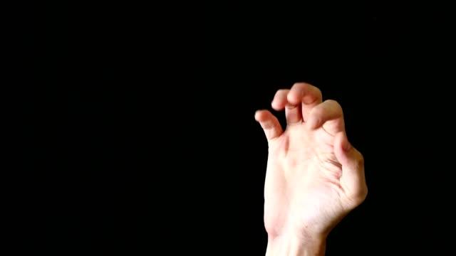 黒の背景に男性の手ジェスチャー。 - 身ぶり点の映像素材/bロール