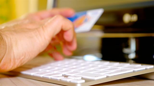 男性手保持クレジット カードとオンライン ショッピング - eコマース点の映像素材/bロール