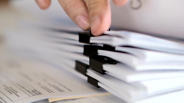 vídeos de stock, filmes e b-roll de papéis masculinos da folha da mão no escritório. - document