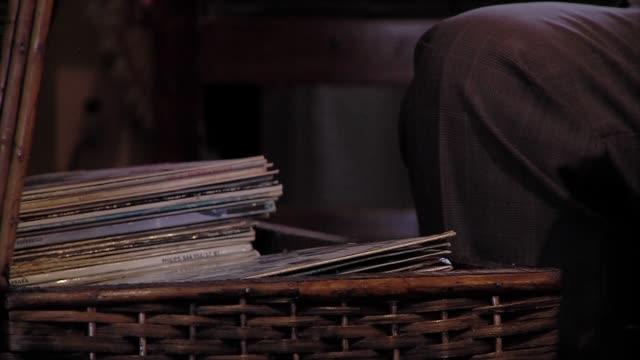 man hand öppna en förvaring wicker box som innehåller gamla vinylskivor. - halmslöjd bildbanksvideor och videomaterial från bakom kulisserna