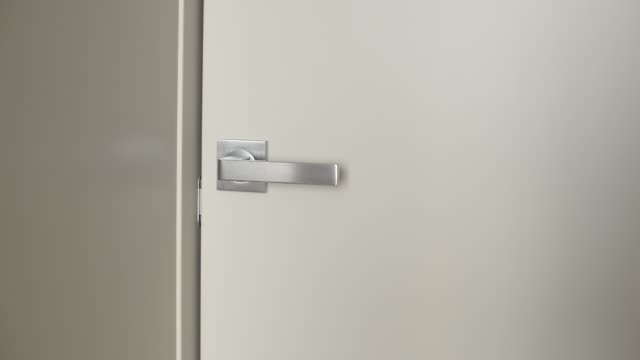 männliche hand öffnen tür im wohnzimmer. - mann tür heimlich stock-videos und b-roll-filmmaterial