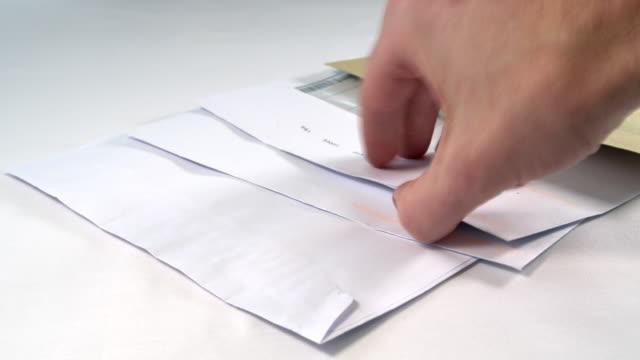 manlig hand sortera hushållens ekonomi - kuvert bildbanksvideor och videomaterial från bakom kulisserna